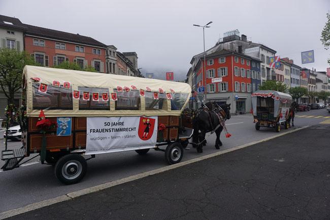 Das sind die beiden Fridolina-Kutschen, bereit zur fröhlichen Fahrt mit Musikbegleitung durch den Fridolin-Kanton. (Foto: Frauenzentrale des Kts. GLarus)