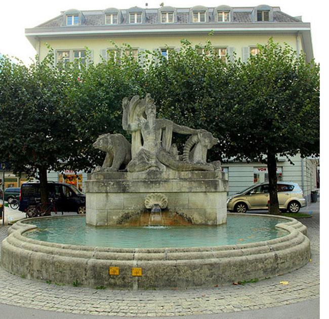 """Der """"Berggeistbrunnen"""" auf dem Gemeindehausplatz in Glarus mit der Skulpturengruppe, wie er vor der """"Restauration""""  war.    (Bild: www.flickr.com/photos/jag9889/4119180293)"""