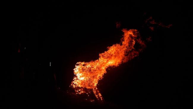 Loderndes Rautispitzfeuer in brandschwarzer Nacht