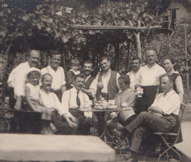 Bestandene Männer vereint mit Tessinern. Ich erkenne einzig den rechts sitzenden Vital Hauser, Dorfarzt.