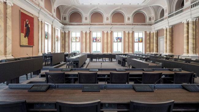 Neues Design - neue Sitzordnung - elektronisches Abstimmen - Transparenz - der Sant Fridli über dem Präsidentensitz bleibt!