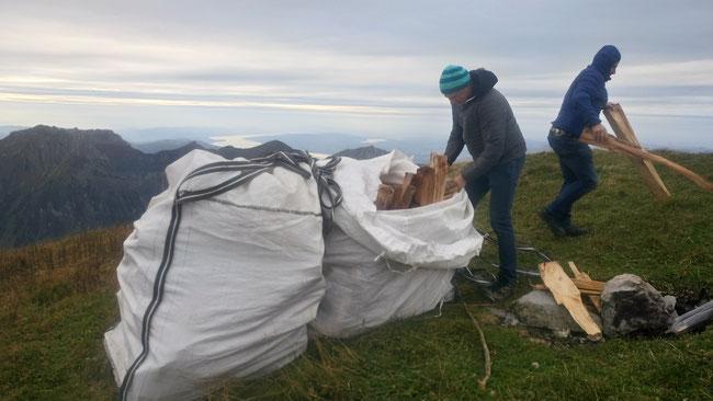 In  solchen Säcken wurde das Holz auf den Rautispitz geflogen...