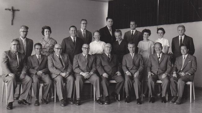 Die beiden kandidierenden Lehrer der obigen Flugblätter waren Fritz Müller, zweite Reihe, dritter von links, zwischen Cäcilia Stengele, Handarbeitslehrerin, und Margrith Rusterholz, Hauswirtschaftslehrerin; Fritz Fischli, erste Reihe, zweiter von links.