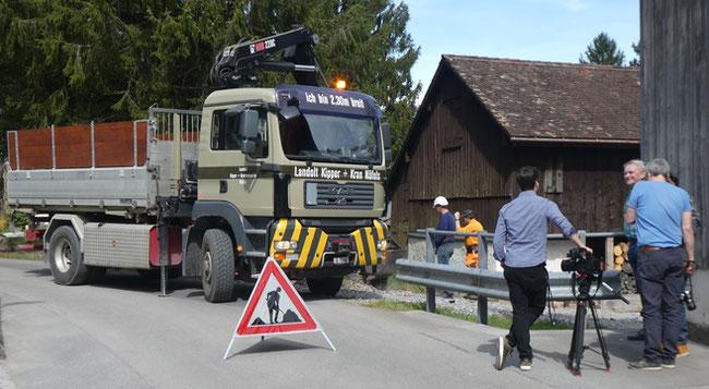 Abräumaktion in vollem Gang. Der Kran auf dem schweren Laster  lädt Tannenchris. Die Medienmänner (rechts) sind im Einsatz. /Bild: Kurt Philipp Hauser)