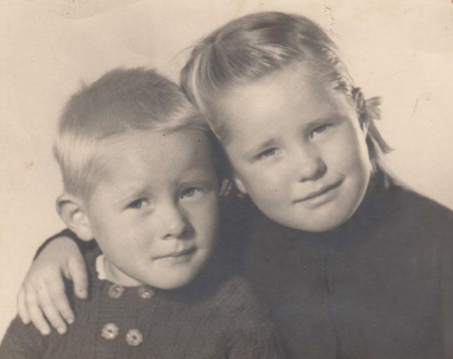 Der kleine Jules musste zusehen, wie sein sechsjähriges Schwesterchen Rösli (*1940) auf einem Grabstein des Bildhauergeschäftes von Emil Näf herumkraxelte und von einem umfallenden Grabstein erschlagen wurde.
