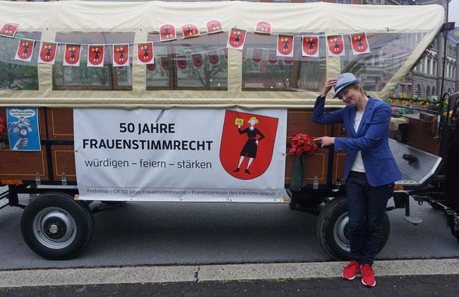 Fridolina-Kutsche von der Glarner Sängerin  Lanik (Annik Langlotz) mit Rosen begrüsst!  Zwei Kutschen machten sich auf die Fridolina-Tour durch den Kanton. (Foto: Frauenzentrale des Kts. Glarus)