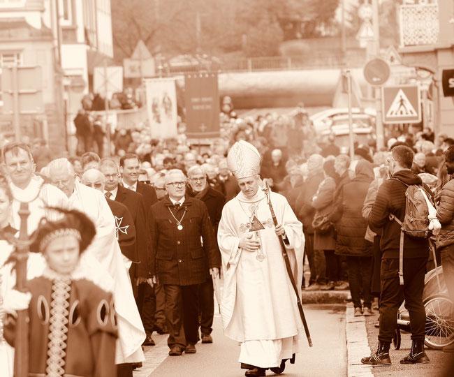 Das besondere Bild: Erzbischof Gänswein, Fridolinsprozession durch die Strassen von Bad Säckingen. (Foto: Susanne Dedden, Rom)