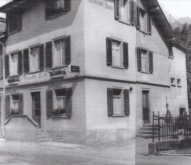 Jüngeres Bild - die Eingangstreppe links ist gemauert.
