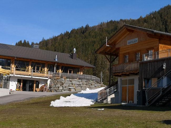 links: Hotel, rechts: Kinderskischule