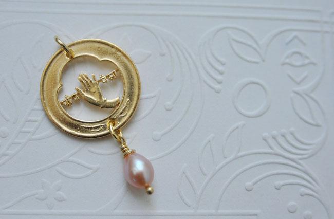 Münzsägewerk Katrin Thull | Nepal - Hand mit Perle