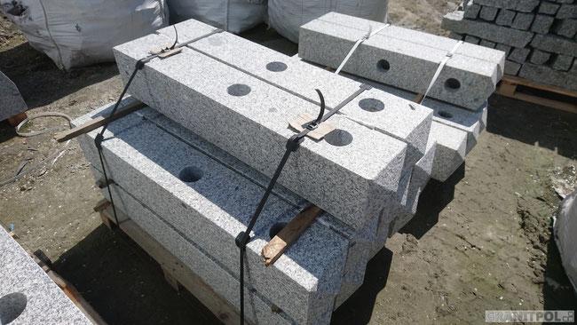 Pfosten aus Granit mit Löchern