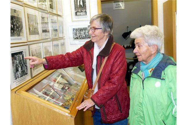 Brigitte Winckel (li.) zeigt ihrer Bekannten Erika Stephan ein Foto, auf dem sie sich als junge Frau entdeckt hat. Schäferhof in Rehren stattfindet.