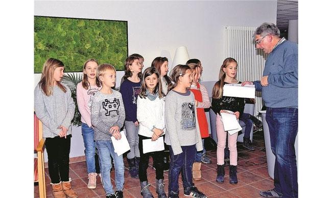 Der Schulchor unter Leitung von Jörg Höner unterhält die Mitglieder des Heimatvereins mit Adventsliedern Fotos: la