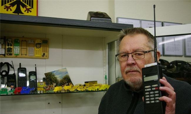 """Hat das """"Pocky""""-Mobiltelefon 1989 für einen Bekannten in Stadthagen gekauft: Karl Hampel. Heute ist das Gerät ein Exponat in einer Ausstellung des Heimatvereins Auetal. Foto: tw"""