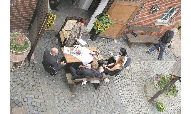 Hochzeit am Schmiedefeuer: Fünf Paare schlossen in diesem Jahr vor dem Heimatmuseum in Hattendorf den Bund fürs Leben. Foto: pr.