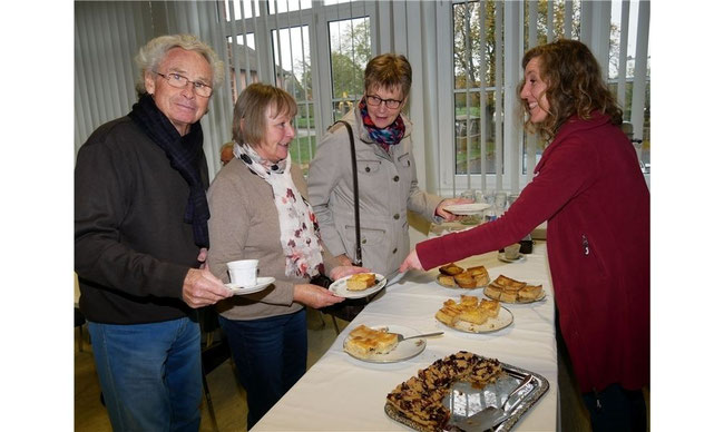 Das Kuchenbüfett im Heimatmuseum ist am Sonntag bereits am frühen Nachmittag fast ausverkauft. Foto: la