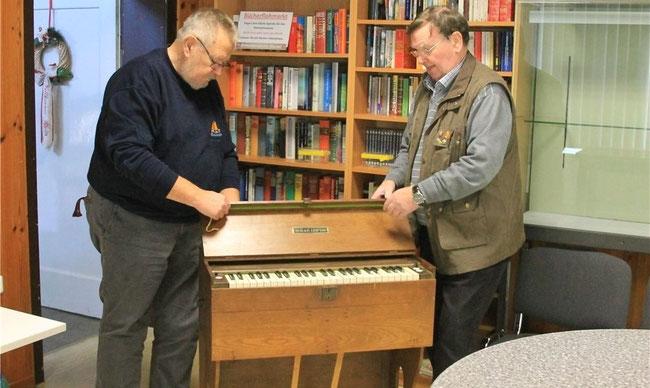 Karl Hampel (links) und Rolf Prange packen das Feldharmonium aus. Zugeklappt ist es nicht größer als ein Koffer. Foto: rnk