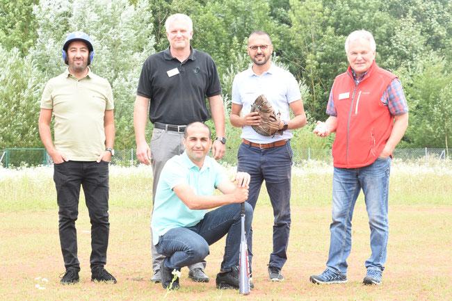 v.l.  Tuncay Seker, Volker Schüßler, Turgay Mus, Otto Baumann, (vorne) Türk Gücü Sportllicher Leiter Yusuf Yüce