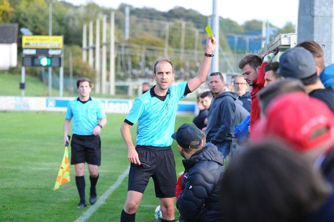 gelbe Karte vom Schiedsrichter für Beppo Eibl