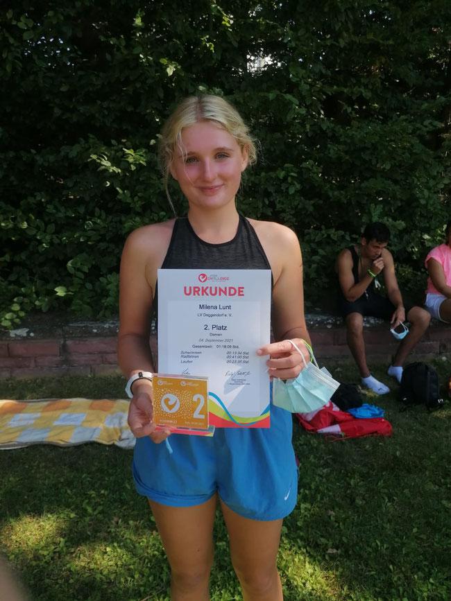 Milena Lunt mit ihrer Urkunde
