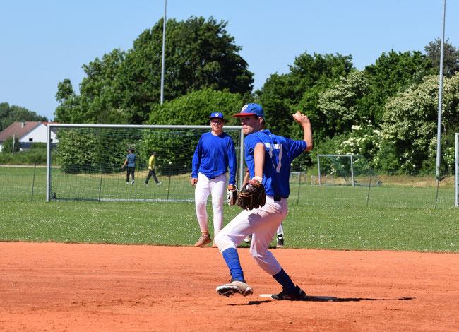 Catcher Nils Pickert musste sich im vierten Inning den rasanten Angriffen der Baldhamer Jugend  erwehren. - Foto: Ralf Plinninger