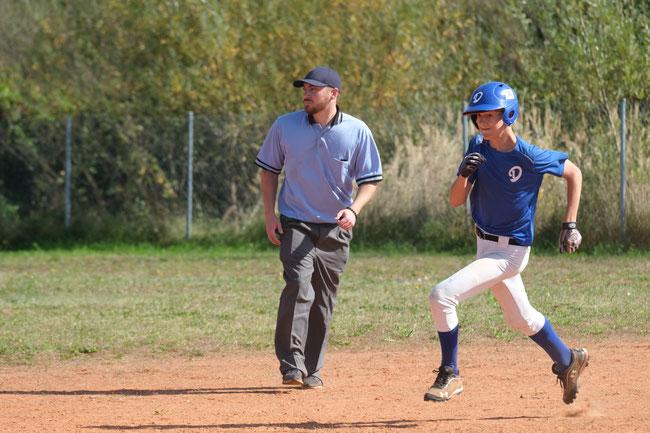 Konzentration, ein gutes Auge und schnelle Beine - wie hier bei Philip Feilhauer - sind gefragt, um den nächsten Run zu scoren, der dann von Feld-Umpire Michael Del notiert werden kann. - Foto: Peter Halter