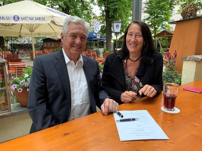 BVV-Präsident Klaus Drauschke freut sich über die Vertragsunterschrift der neuen Leistungssportkoordinatorin Michaela Luckner (Foto: Hans Kleiner, BVV)