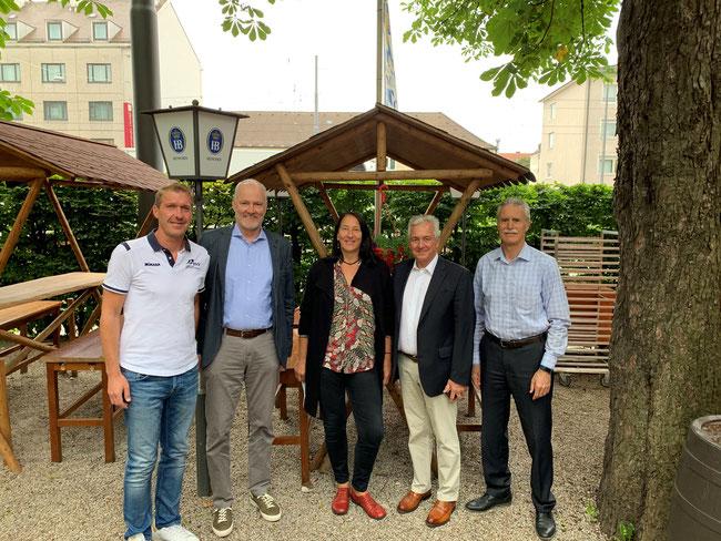 BVV-Geschäftsführer Hans Kleiner (links), BVV Vizepräsident Sport Christoph Schieder (2. von links), BVV-Präsident Klaus Drauschke (2. von rechts) und der Vorsitzende des VCO München Heinrich Schüppert (rechts) begrüßen die neue Leistungssportkoordinatorin des BVV Michaela Luckner (Bildmitte). Foto: BVV