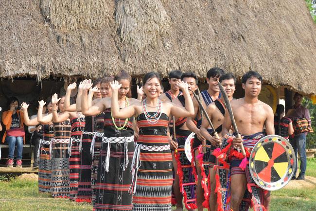村の集会所の前で伝統舞踊を披露するカトゥー族