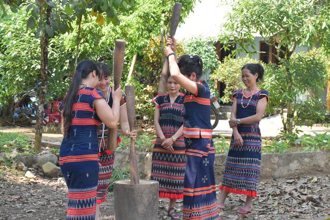籾すりをする女性たち。カトゥー族の生活をじっくり体験できます