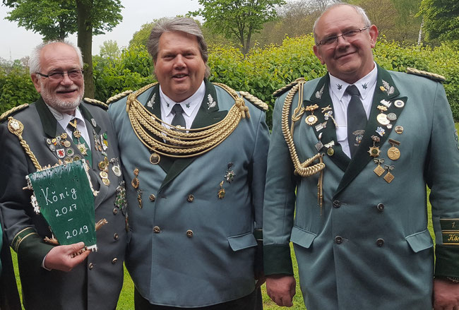 von links: Neuer König Erhardt Klinger, alter König Holger Neuhaus, Erster Vorsitzender Manfred Bunde