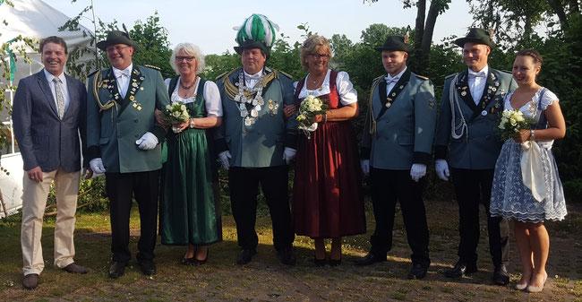 Von Links: Bürgermeister Christoph Fleischhauer, Manfred und Magdalene Bunde, Holger und Roswitha Neuhaus, Christian Neuhaus, Alexander Neuhaus und Nadinde Stach