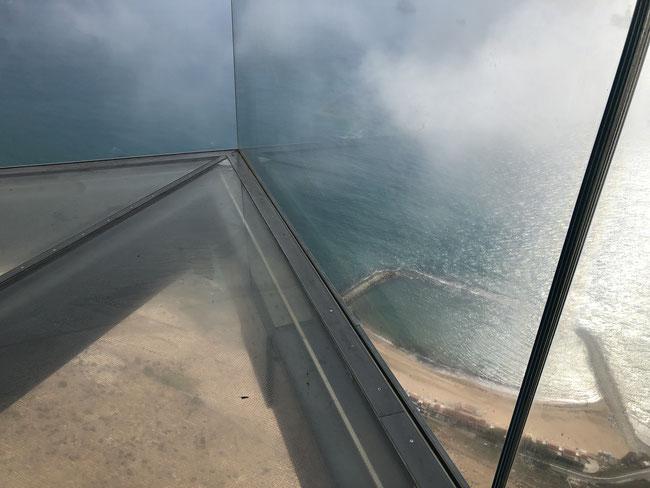 Skywalk auf dem Felsen von Gibraltar mit Sicht auf den Badestrand