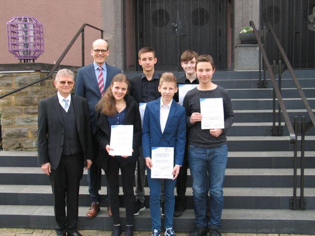 Die fünf Preisträger unserer Schule, zusammen mit Pfarrer Theodor Maas (Enkel) und Schulpfarrer Martin Haßler. (Foto: P. Stroh / Kirchenkreis)