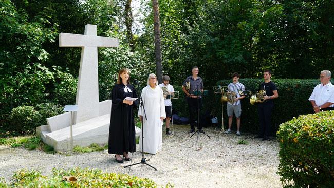 Florence Develey (links) und Gabriele Tietze weihen das restaurierte Erdbebenkreuz