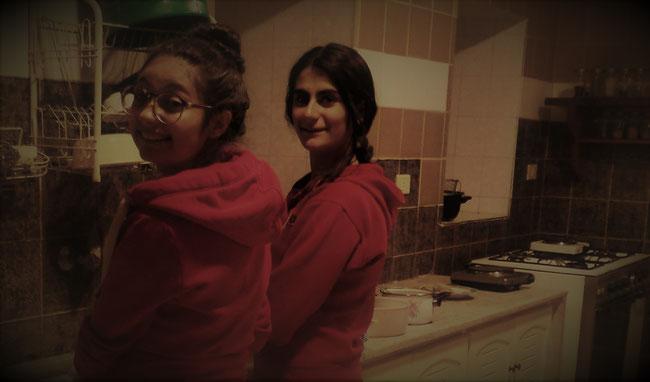 Raghad à gauche - Rebecca à droite (autre fille qui habite au monastère)