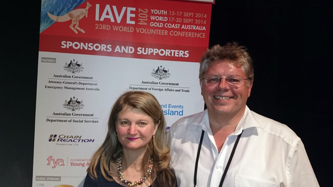 Wolfgang Krell mit der Präsidentin des Weltverbandes IAVE, Kyle Bates auf der IAVE-Konferenz in Gold Coast, Australien 2014 - Foto: Freiwilligen-Zentrum Augsburg