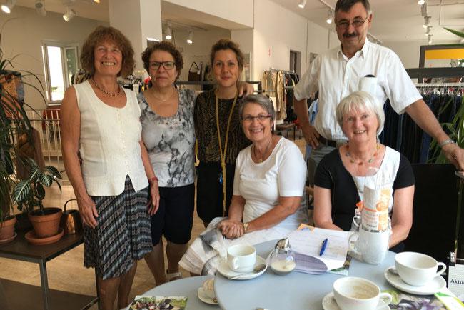 Brigitte Kottmair, Minou Vadaye Kheiri und Aline Weyel von Vinty's Augsburg, Barbara Kraus, Werner Suhr und Heike Steinborn-Graue (v. l. n. r.) - Foto: Barbara Kraus