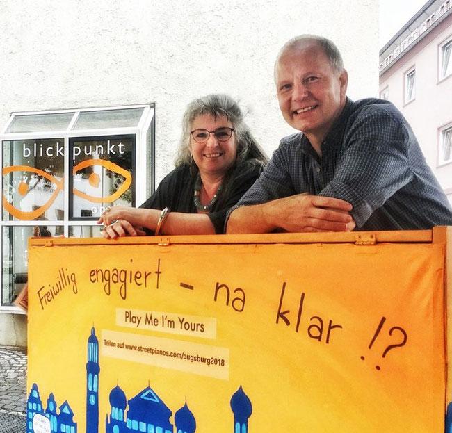 Engagement-Klavier 2018 - Freiwilligen-Zentrum Augsburg - Marcus Frank (Blickpunkt Optik) und Patricia Ganzenmüller (Schmuckladen) Facebook