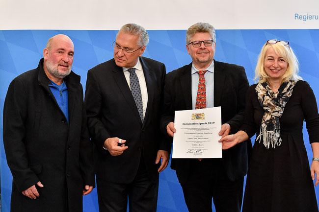 Integrationspreis 2019 - Wolfgang Taubert (Projektleiter),  Joachim Herrmann (Staatsminister des Innern, für Sport und Integration), Wolfgang Krell und Gabriele Opas (Freiwilligen-Zentrum Augsburg) - Foto: Angela Merten