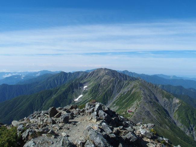 これから目指す間ノ岳とその先の白根三山の農鳥岳や南アルプスの塩見岳などが一望です。
