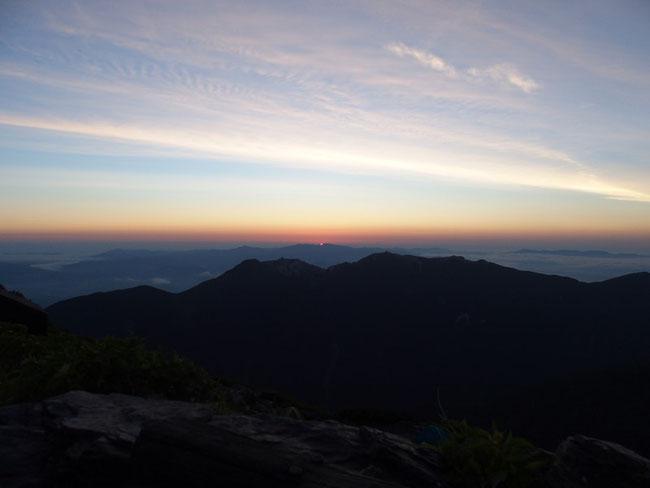 ご来光です。多分甲武信ヶ岳方面の山からの日の出です。