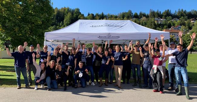Les bénévoles de la journée au complet devant le stand du Pehvo.