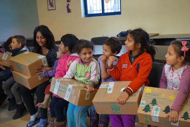 Kinder aus Albanien erhalten Pakete von Kindern aus Niedersachsen 2016 Kinder helfen Kindern Armut Freude Weihnachten Weihnachtswunder