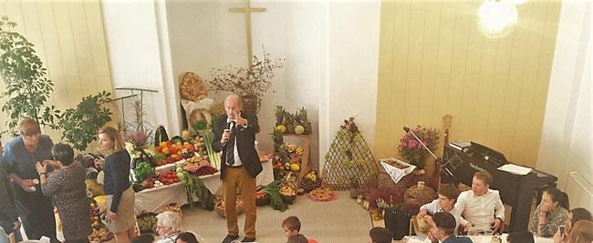 Erntedank Gabentisch Danke Gott für die unterschiedlichen Gaben Gottesdienst Herbst September Oktober