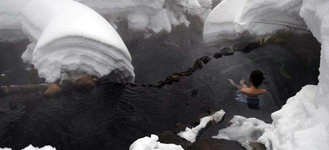 勇駒別川沿いに露天風呂が高温・中温でかけ流し中です。ほとんどの時期が貸し切りの湯ですのでお好きな時間に温泉をお楽しみいただけます。