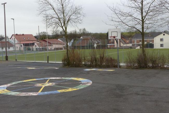 Blick von unserem Schulhof auf den angrenzenden Multifunktionsplatz