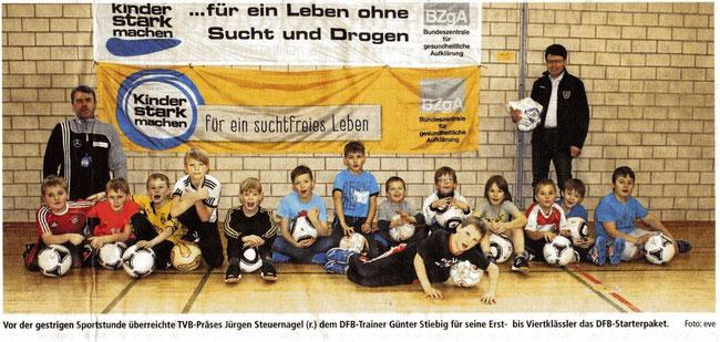 Trainer Günter Stiebig und die Kinder unserer Fußball AG, die donnerstags von 13.45 Uhr bis 15.00 Uhr in der Sporthalle Brauerschwend oder dem Sportplatz Brauerschwend trainieren