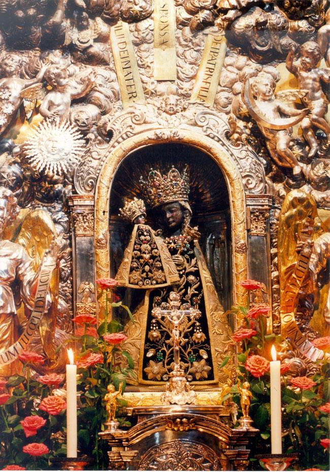Schwarze Madonna in der Altöttinger Gnadenkapelle