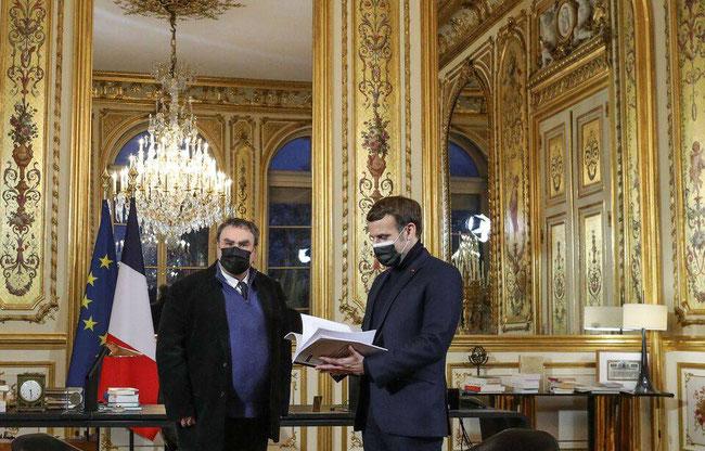 L'historien Benjamin Stora remet à Emmanuel Macron son rapport sur la mémoire de la colonisation et de la guerre d'Algérie, au palais de l'Elysée a Paris, le 20 janvier 2021. — STEPHANE LEMOUTON-POOL/SIPA